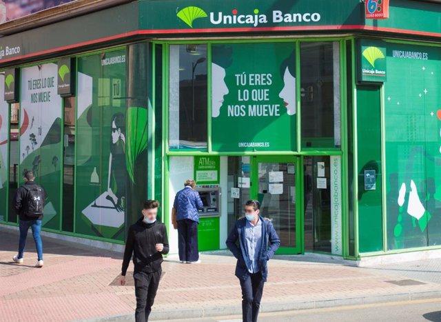 Archivo - Una oficina de Unicaja Banco