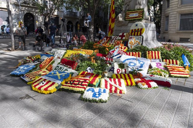 Arxiu - Ofrena davant el monument de Rafael Casanova amb motiu de la Diada