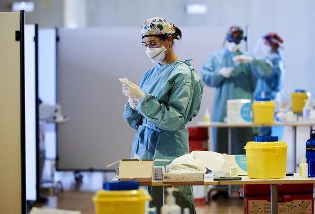 Archivo - Una profesional sanitaria en el dispositivo de vacunación frente al Covid-19, en el Palacio de Exposiciones y Congresos de Santander,.