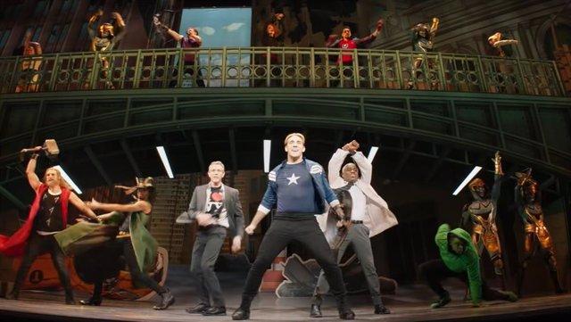 """El musical de Capitán América del tráiler de Ojo de Halcón maravilla a los fans de Marvel: """"¿No existe en el mundo real?"""