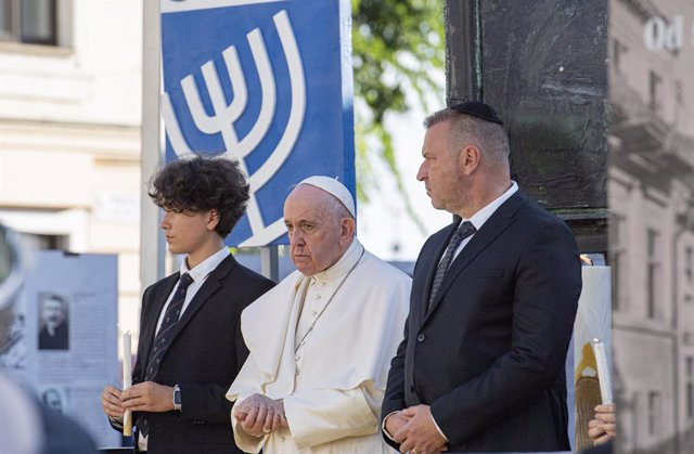 13 September 2021, Slovakia, Bratislava: Pope Francis (C) meets with the Jewish community at Holocaust memorial in Rybno Square, alongside President of the Central Union of Jewish Religious Communities (UZNO) in Slovakia Richard Duda (R). Photo: Michal Sv