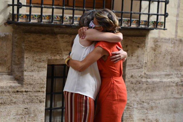 La vicepresidenta y consellera de Igualdad y Políticas Inclusivas, Mónica Oltra (i) y la vicepresidenta segunda del Gobierno y ministra de Trabajo y Economía Social, Yolanda Díaz (d), se abrazan a su llegada para una reunión