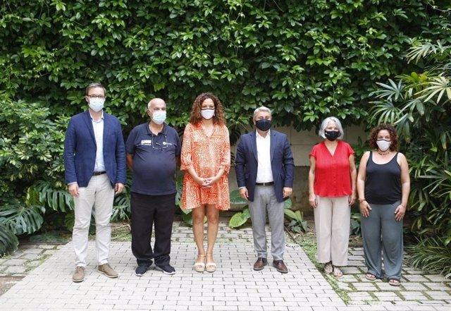 La presidenta del Consell, Catalina Cladera, y el alcalde de Palma, Jose Hila, junto a otras autoridades y el president del Grupo Güell, Francisco Bauzá, en la presentación de la 47 edición de la 'Marxa des Güell a Lluc a Peu'.