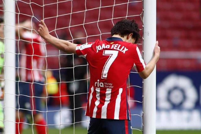 Archivo - Joao Felix se lamenta durante un partido de Atlético de Madrid