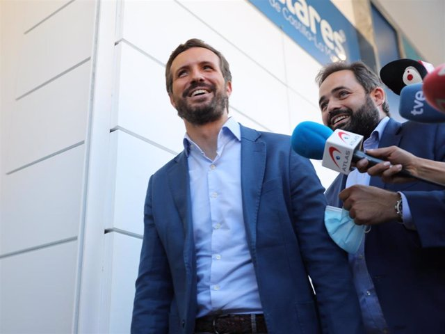 El presidente del Partido Popular, Pablo Casado (i) y el presidente del PP de Castilla-La Mancha, Paco Núñez (d), ofrecen declaraciones a los medios.