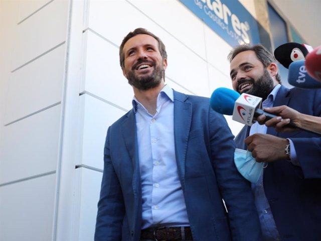 El president del Partit Popular, Pablo Casado (i) i el president del PP de Castella-la Manxa, Paco Núñez (d), ofereixen declaracions als mitjans.