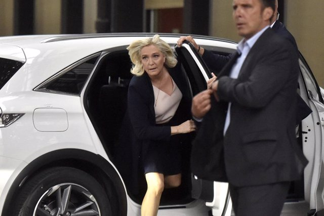 Archivo - 04 July 2021, France, Perpignan: Marine Le Pen (L), leader of the French National Rally (Rassemblement National, RN) party and member of parliament, gets out of a car as she arribes at a congress of the party. French right-wing populist Marine L