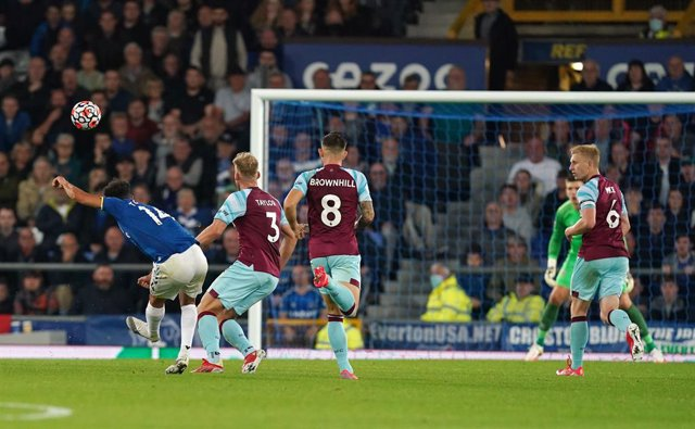 13 September 2021, United Kingdom, Liverpool: Everton's Andros Townsend (L) scores his side's second goal during the English Premier League soccer match between Everton and Burnley at Goodison Park. Photo: Martin Rickett/PA Wire/dpa