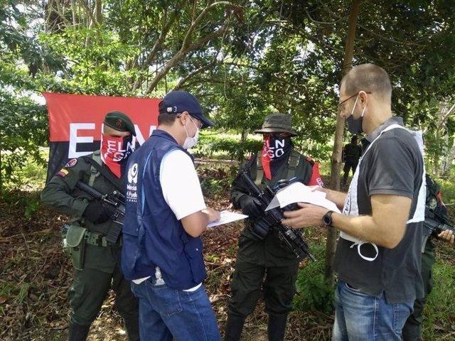 Archivo - Imagen de miembros del Ejército de Liberación Nacional liberando a dos secuestrados.