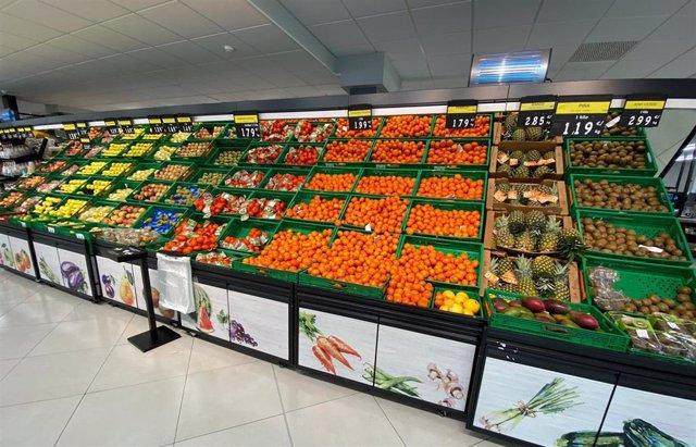 Archivo - Sección de frutas y verduras en un supermercado de Madrid.