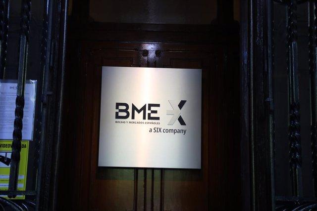 Archivo - Cartel de las Bolsas y Mercados Españoles (BME) en el Palacio de la Bolsa de Madrid, a 30 de junio de 2021, en Madrid (España).