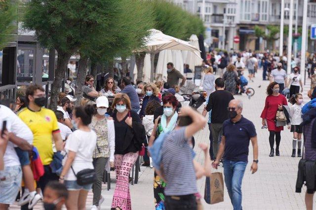 Archivo - Las calles de Castro Urdiales llenas de gente este domingo