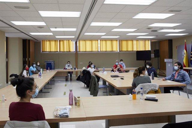 Archivo - Varias personas en una de las aulas del centro de examen de las pruebas de Formación Sanitaria Especializada (FSE), en el Ministerio de Sanidad de Madrid (España), a 27 de marzo de 2021.