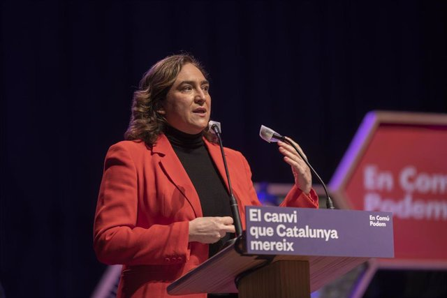 Archivo - La alcaldesa de Barcelona, Ada Colau, interviene en un acto electoral de En Comú Podem.