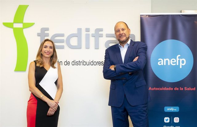 Los presidentes de la Federación de Distribuidores Farmacéuticos (FEDIFAR) y de la de la Asociación para el Autocuidado de la Salud (ANEFP), Matilde Sánchez y Alberto Bueno, respectivamente