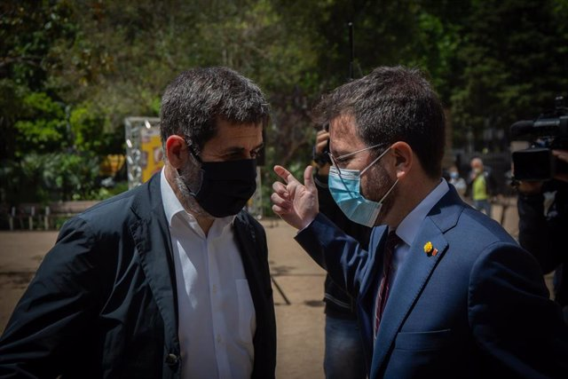 Archivo - El president de la Generalitat en funciones, Pere Aragonès (d) y el secretario general de Junts, Jordi Sànchez (i) realizan hablan entre ellos, a 17 de mayo de 2021, en Barcelona, Catalunya (España). ERC y Junts han cerrado un principio de acuer