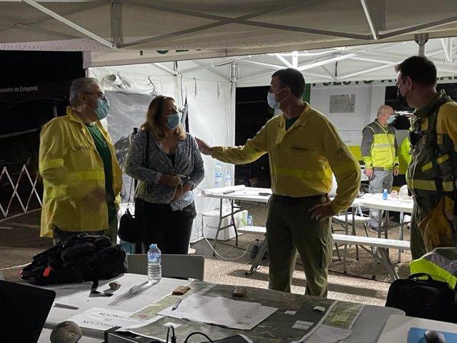 La consejera y el director del Plan Infoca en el Puesto de Mando Avanzado tras la declaración de incendio de Sierra Bermeja controlado