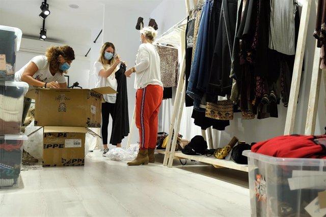 Archivo - Preparación de una tienda de ropa antes de ser abierta al público en Palma.