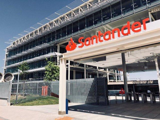 Archivo - Imagen de archivo de una sede del banco Santander.