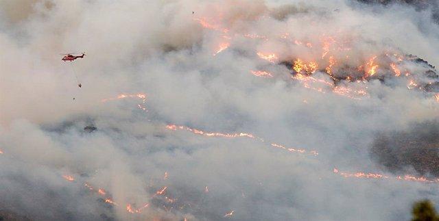 Helicóptero contra incendio intentando apagar el fuego de la Sierra Bermeja, visto desde el cerro de la Silla de los Huesos, a 13 de septiembre 2021 en Casares (Málaga) Andalucía