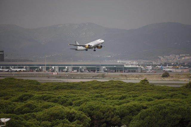 Arxiu - Un avió vola per l'espai protegit de la Ricarda, al Prat de Llobregat