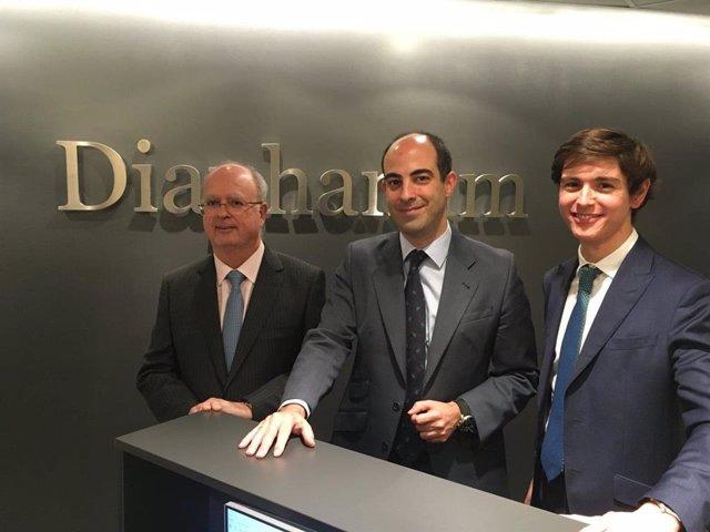 Archivo - El director de inversiones de Diaphanum, Miguel Ángel García; el socio de inversiones, Javier Riaño, y Carlos del Campo, miembro del equipo de inverisones (de izquierda a derecha).