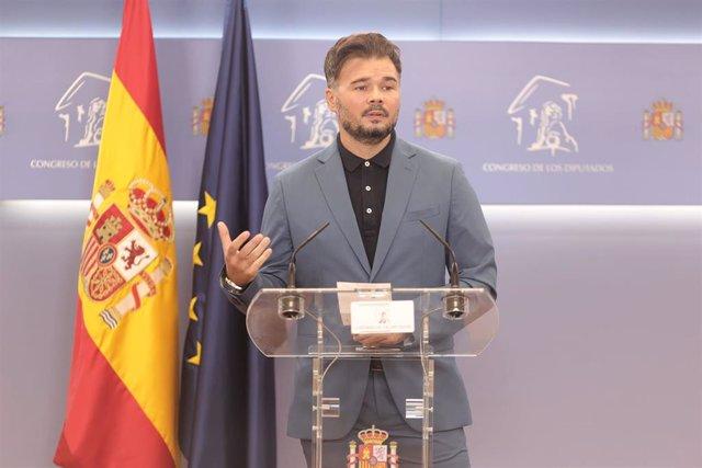 El portavoz parlamentario de la ERC, Gabriel Rufián, ofrece una rueda anterior a la celebración de la Junta de Portavoces en el Congreso de los Diputados, a 14 de septiembre, en Madrid (España).