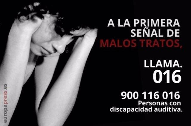 Archivo - Cartel informativo del teléfono de asistencia para denunciar violencia de género.