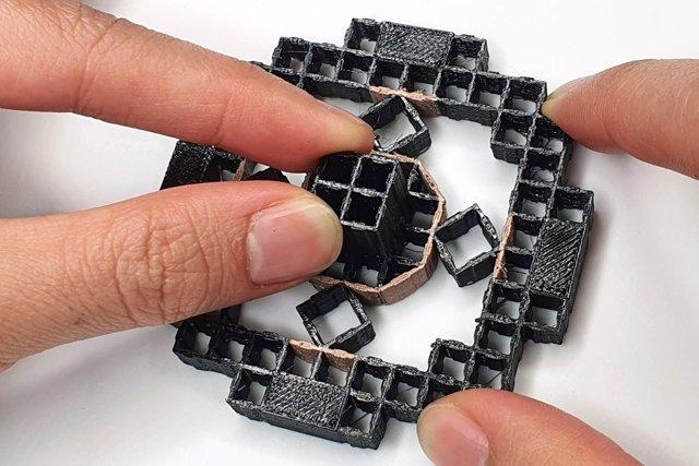 Investigadores del MIT han desarrollado un método para integrar capacidades de detección en estructuras imprimibles en 3D compuestas por celdas repetitivas, lo que permite a los diseñadores prototipar rápidamente dispositivos de entrada interactivos.