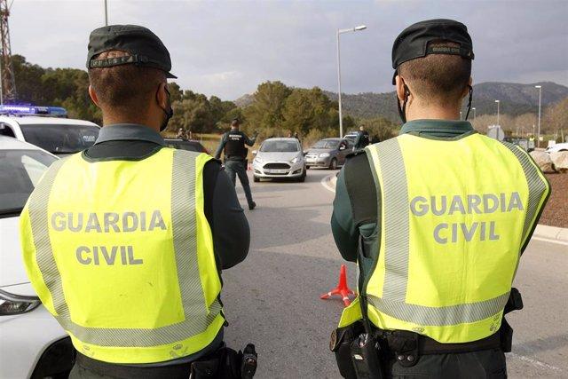 Archivo - Varios agentes de la Guardia Civil durante un control rutinario de carretera en la zona de Magaluf (Calvià) en Palma.