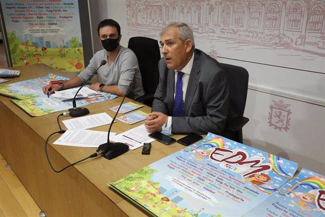 El concejal de Régimen Interior, Movilidad y Deportes, Vicente Canuria, y el responsable de las Escuelas Deportivas Municipales, René González, durante la presentación de las actividades para el próximo curso escolar.