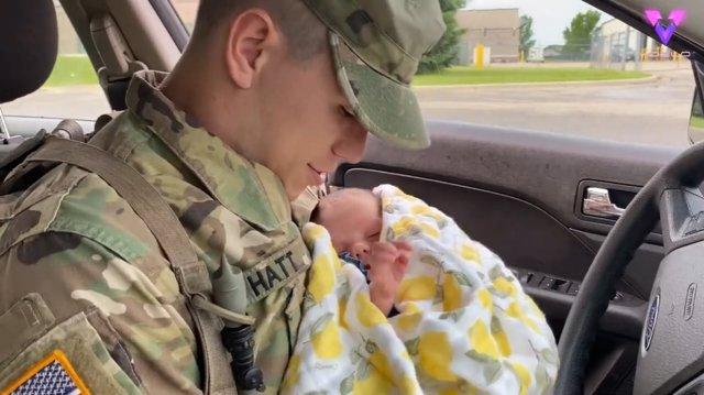 Un padre se reencuentra con su hija después de haber sido desplegado cuando ella tenía apenas 10 días de vida