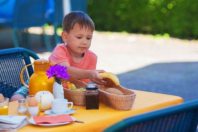 Archivo - Niño desayunando.