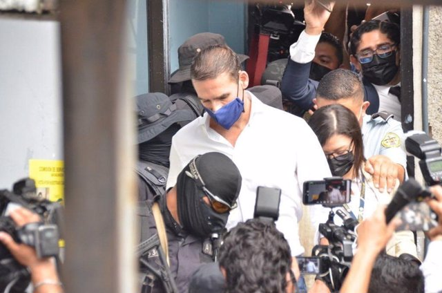 Archivo - El exalcalde de San Salvador y reciente asesor de la OEA Ernesto Muyshondt escoltado por la Policía.