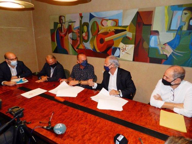 El alcalde Miquel Pueyo y el director de banca Joaquim Macià han firmado el acuerdo de colaboración entre Fira de Lleida y CaixaBank.