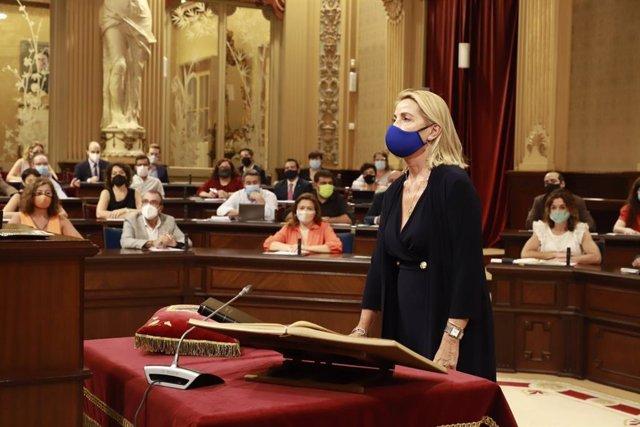 La nueva diputada del PP, Isabel Borrás, prometiendo el cargo en el Parlament.
