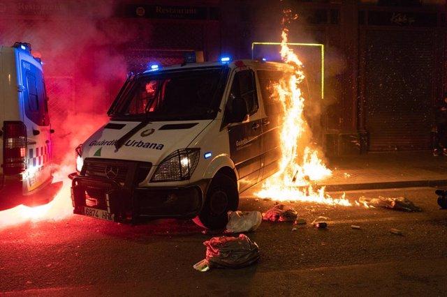 Archivo - Arxiu - Incendien un furgó de la Guàrdia Urbana durant la manifestació en defensa de la llibertat de Pablo Hasél i els drets socials després de 12 dies de protestes, a Barcelona (Espanya), a 27 de febrer de 2021. La protesta ha estat convocada p