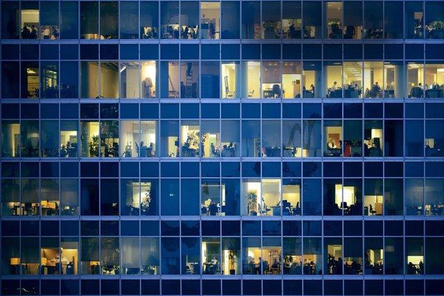 Gente trabajando en oficinas