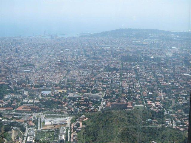 Archivo - Vista de la ciudad de Barcelona desde la sierra de Collserola, en un día de alta contaminación.