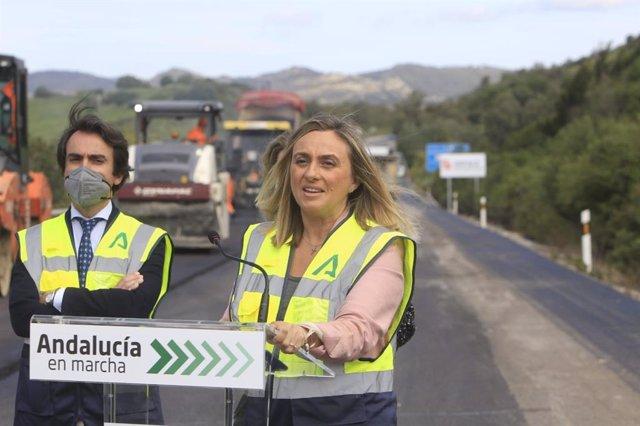 Archivo - La consejera de Fomento, Marifrán Carazo, en las obras de una carretera