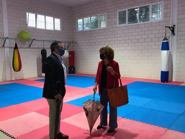 En San Bartolomé de la Torre, el delegado territorial de Regeneración, Justicia y Administración Local, Alfredo Martín, visita el pabellón deportivo junto con la alcaldesa, María Eugenia Limón.