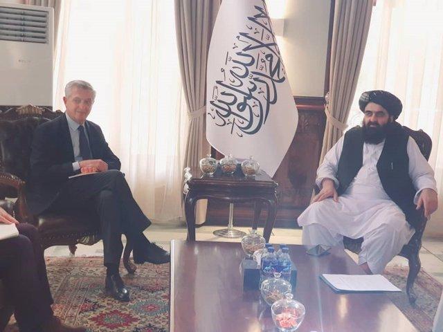 El encargado de Exteriores del gobierno talibán, Amir Jan Muttaqi, y el Alto Comisionado de la ONU para los Refugiados (ACNUR), Filippo Grandi