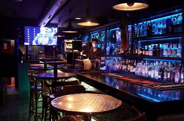 Archivo - Un camarero en un local de ocio nocturno de Santander