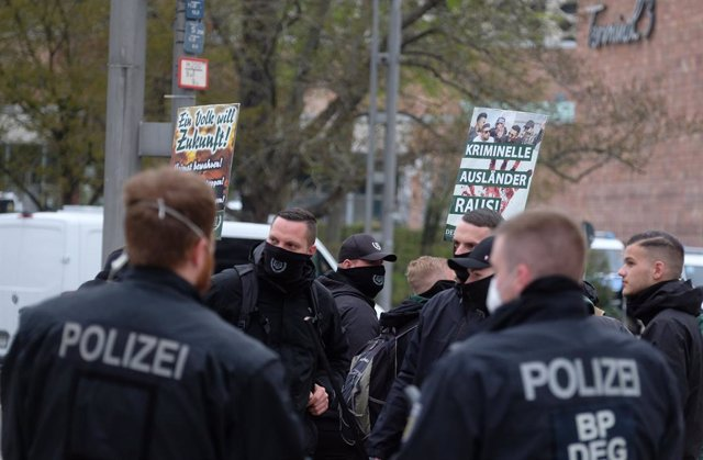 """Archivo - 01 May 2021, Saxony, Chemnitz: Supporters of the far-right party """"Der III. Weg"""" stand at the edge of a rally of the party """"Free Saxons"""", on the May Day, International Worker' Day.. Photo: Sebastian Willnow/dpa-Zentralbild/dpa"""