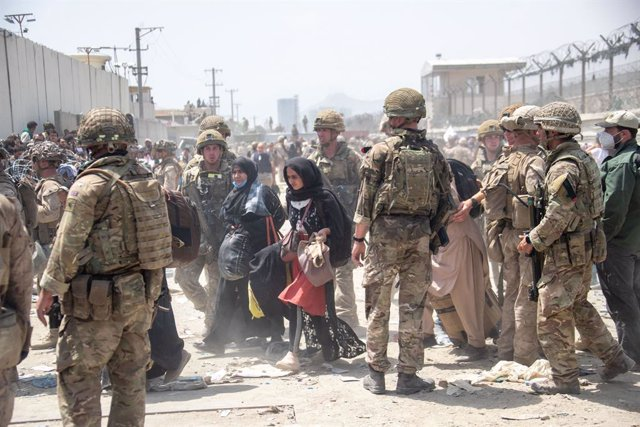 20 August 2021, Afghanistan, Kabul: Members of the British and US (L) military take part in the evacuation mission of the entitled personnel from Kabul airport in Afghanistan. Photo: -/Ministry of Defence via PA Media/dpa