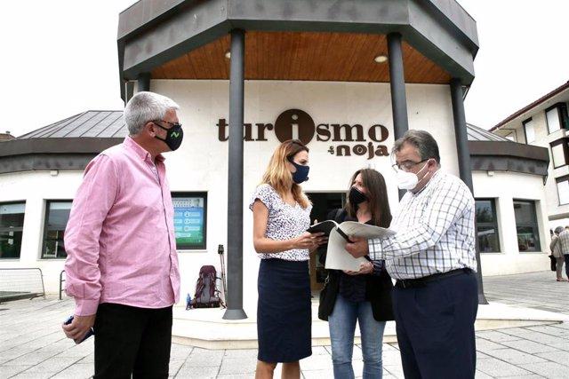 La directora general de Turismo del Gobierno de Cantabria, Marta Barca, visita Noja para conocer el plan de sostenibilidad turística con el que busca captar fondos europeos
