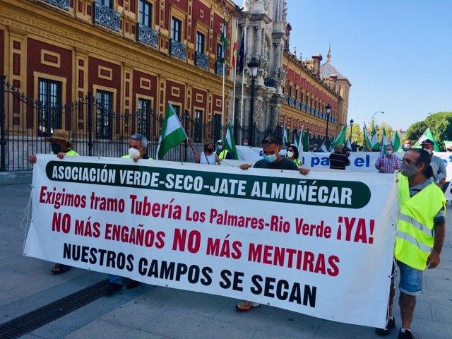 Concentración de agricultores ante el Palacio de San Telmo, en Sevilla