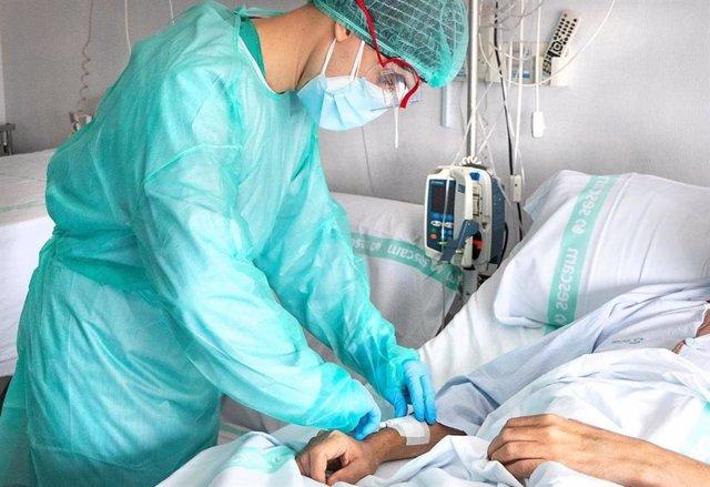 Un sanitario atiende a un paciente con coronavirus