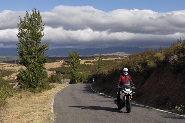 Archivo - Un motorista al inicio de la carretera m130 en Robledillo de la Jara camino de Puebla de la Sierra, a 5 de agosto de 2021, en Madrid (España).