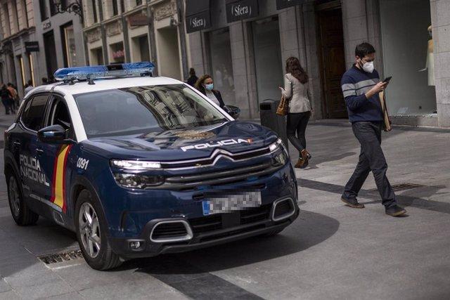 Archivo - Un coche de la Policía Nacional patrulla por las calles de Madrid